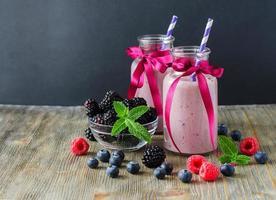 smoothie aux vitamines avec des baies, sur copie espace en bois foncé arr.plans photo
