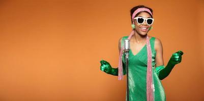 femme soul funk vintage chantant. afro-américain noir. copier l'espace.