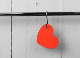 coeur rouge sur le support mural de cuisine en acier inoxydable. copier l'espace. photo