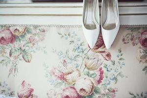 chaussures de mariage sur planche de lit photo