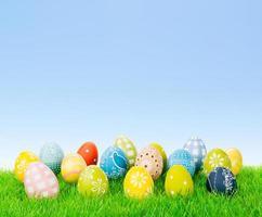 Collection d'oeufs de Pâques colorés avec espace copie photo