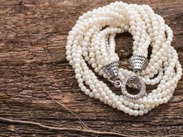 collier de perles sur fond de bois avec espace copie