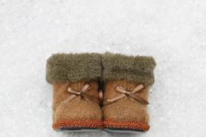 chaussons en feutre sur une surface enneigée avec copie espace photo