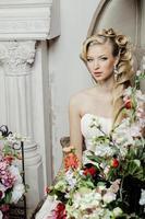 Beauté jeune mariée seule dans un intérieur vintage de luxe avec un photo