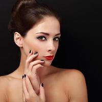 beau maquillage femme avec une peau saine air heureux