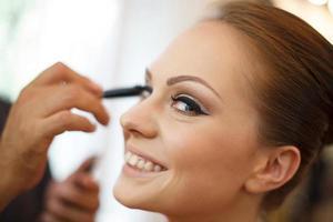 mariée recevant du maquillage photo