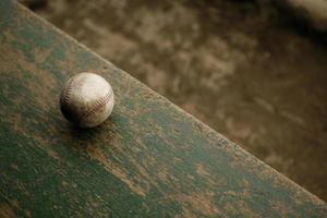 baseball usé sur le banc photo