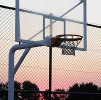 panier de basket au coucher du soleil. photo