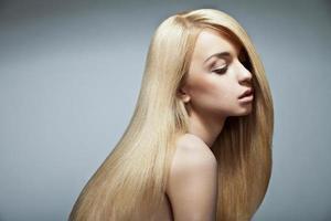 femme sensuelle avec de longs cheveux blonds tout droit brillants photo