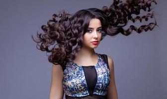 belle fille brune aux cheveux longs en bonne santé photo