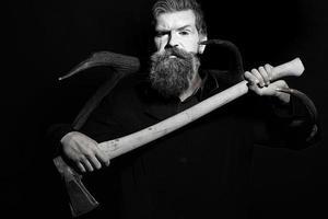 homme tenant des bois et une hache photo