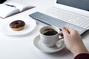 main humaine sur le clavier de l'ordinateur portable photo