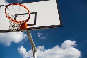 panier de basket contre le beau ciel d'été bleu avec des peluches photo