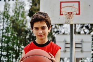 garçon jouant au basket photo