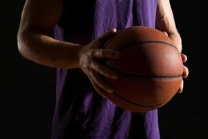 homme tenant le basket-ball photo