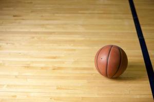 basket-ball sur le sol du court photo