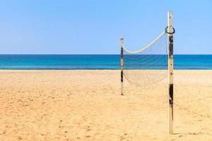 beach-volley sur la plage de sable fin avec la mer