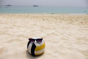 volley-ball à la plage d'été photo