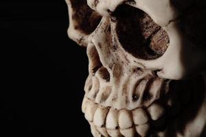 crâne humain isolé en noir photo