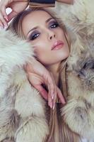 portrait, de, belle femme, dans, manteau fourrure