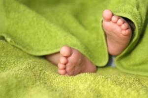 pieds de bébé sous couverture photo