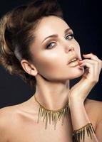 belle fille avec une peau parfaite et maquillage de soirée.