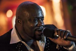 mâle africain noir chantant en direct photo