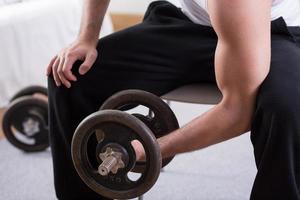 bodybuilder travailler avec haltère photo