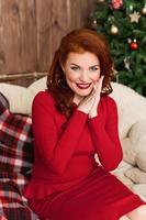 femme en robe rouge souriant