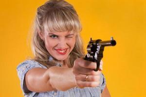 femme cow-boy viser avec un pistolet photo