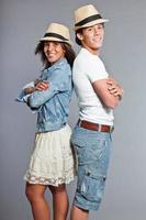 joli jeune couple décontracté habillé portant un chapeau de paille. photo