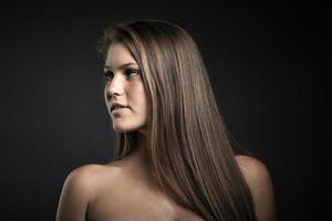 portrait, de, beauté, jeune femme, contre, gris foncé, fond photo