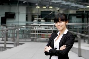 confiant belle femme d'affaires traverser son bras photo