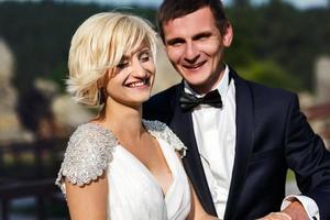 couple de mariage dope sur la montagne