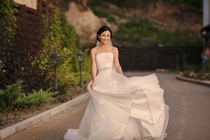 jeune mariée à l'extérieur photo