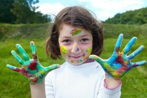 petite fille dessine des peintures photo