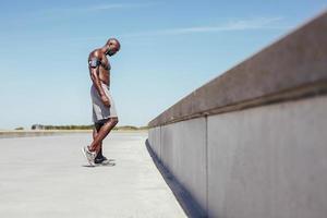jeune athlète torse nu relaxant après un entraînement en plein air photo