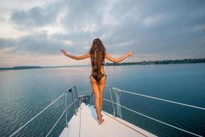 fille se détendre sur un yacht. photo