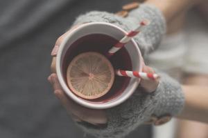 jeune femme, délassant, dans lit, à, a, tasse thé photo