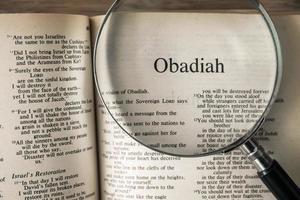 le livre d'Obadiah lisant la nouvelle version internationale