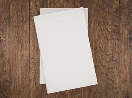 modèle de maquette de livre blanc vide sur fond de bois photo