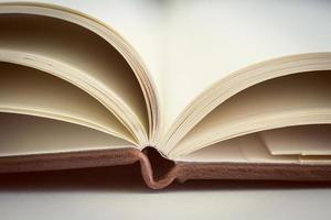 fermer sur les pages du livre ouvert. photo