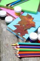 livres, crayons et feuille d'érable photo