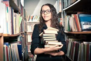 femme brune à la bibliothèque photo