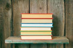 livres sur une étagère en bois.
