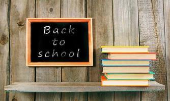 retour à l'école. livres sur fond en bois. photo
