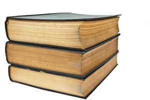 pile de vieux livres isolé sur fond blanc photo