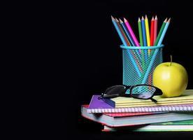 fournitures scolaires sur noir photo