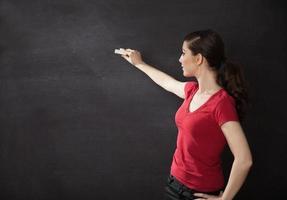 femme écrivant sur tableau noir photo