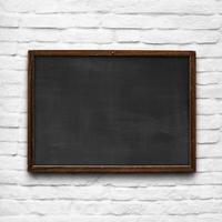 tableau noir sur mur de briques blanches photo